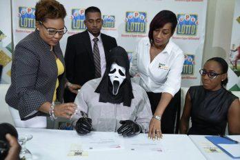 Il touche son gain au loto déguisé avec le masque de Scream